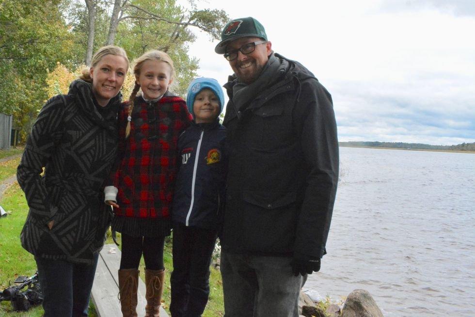 8-летняя девочка пошла на озеро, а вернулась обладательницей огромного меча, который старше викингов
