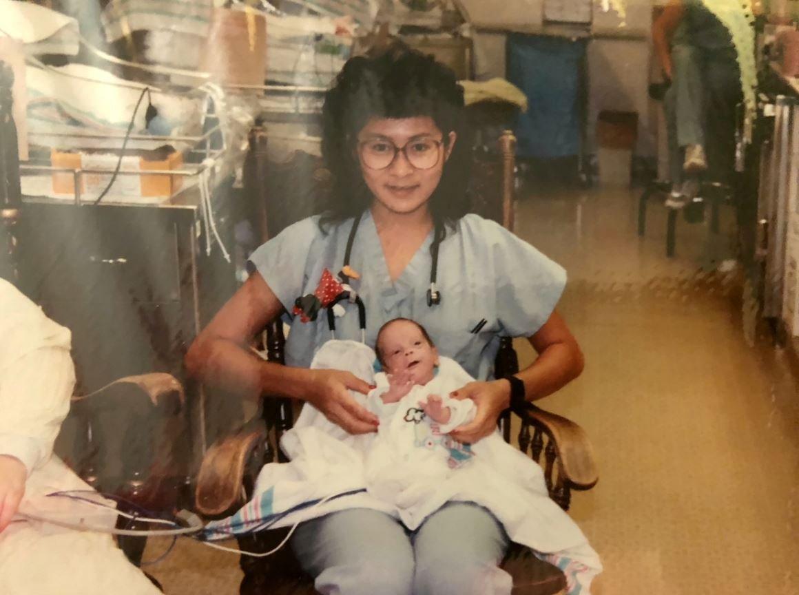 Через 28 лет малыш, которого она спасла, случайным образом стал ее коллегой