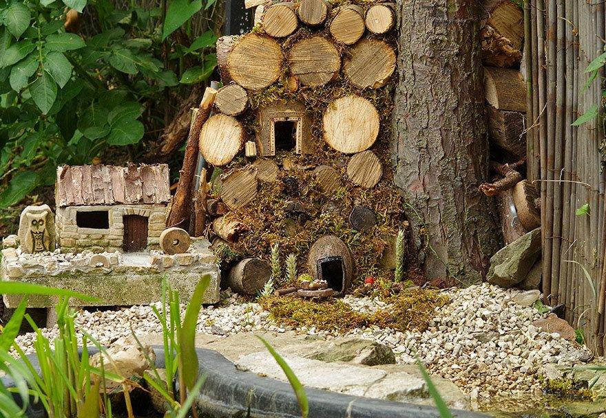 Обнаружив у себя в саду мышиную семью, он выстроил для нее миниатюрную деревню