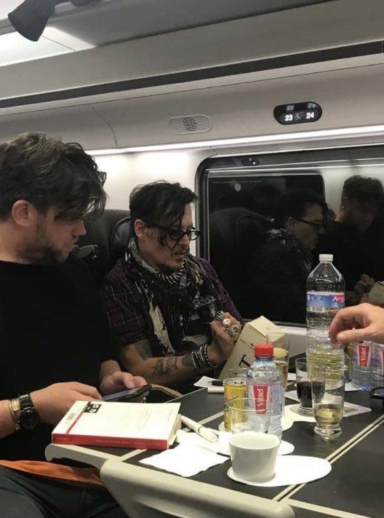 Джонни Депп в поезде подарил молодой паре дорогое шампанское