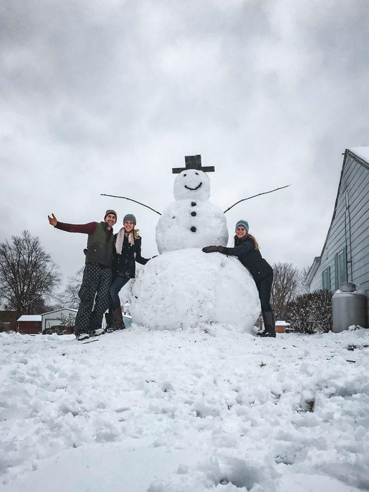 Он пытался сбить машиной снеговика, но снежный гигант оказался куда крепче, чем он рассчитывал
