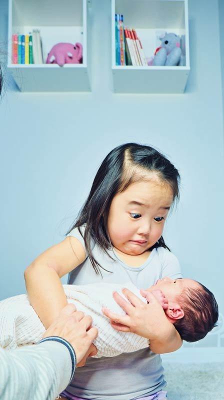 Реакция детей на новорожденного брата или сестру: 15 фото