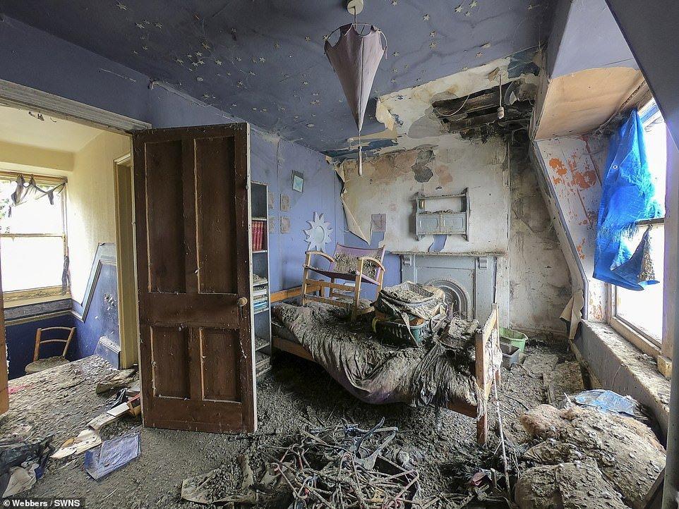 Трехэтажный дом продается всего за $60 тыс. , но внутри — полуметровый слой голубиного помета