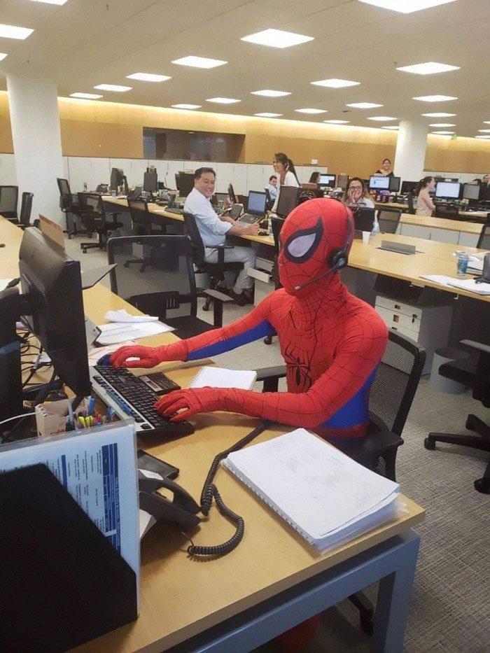 Банкир уволился с работы и в последний день пришел в костюме Cпайдермена