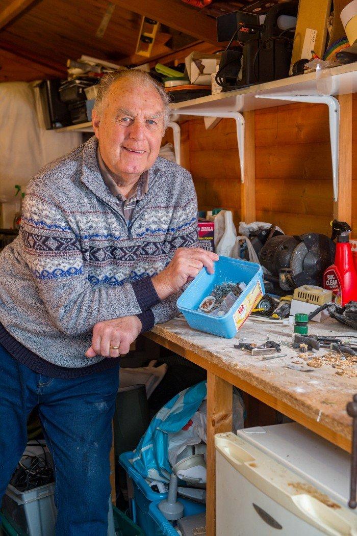 """""""Я думал, что сошел с ума"""": пенсионер поймал мышь, которая наводила порядок в его гараже"""