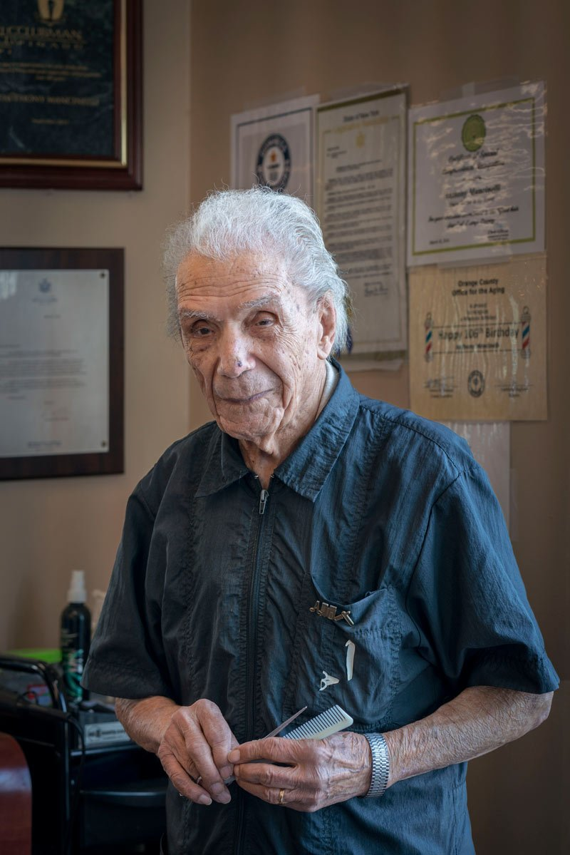 Знакомьтесь: 108-летний парикмахер, который делает стрижки уже 98 лет!