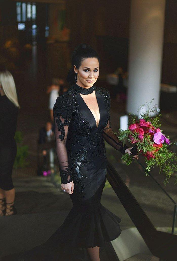 Невеста нарушила традицию и вышла замуж в черном свадебном платье