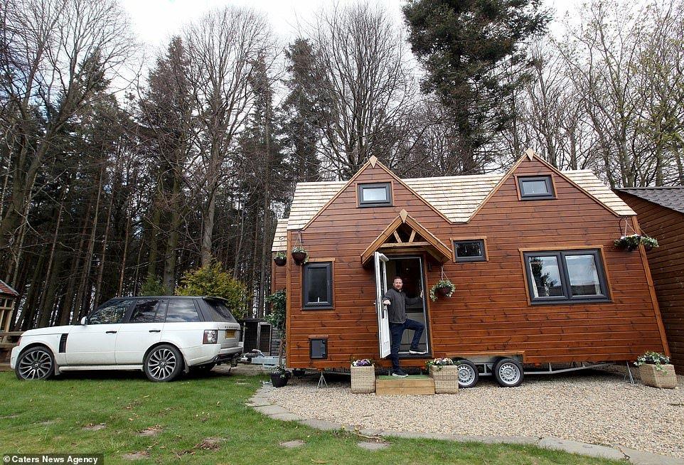 Мужчина построил себе маленький эко-дом на колесах и продает такие же другим