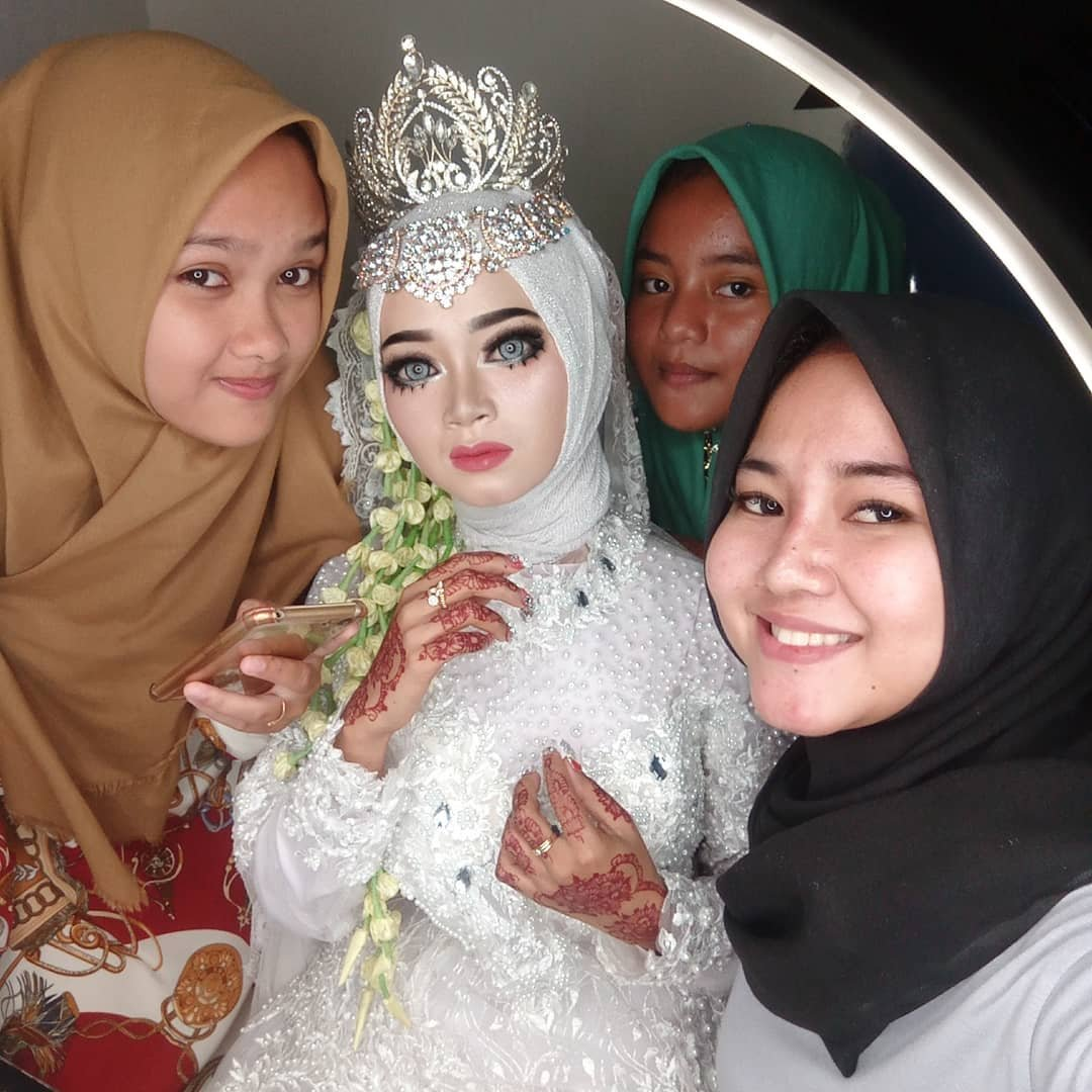 Индонезийский визажист умело делает макияж, вот только непонятно, как его потом смывать