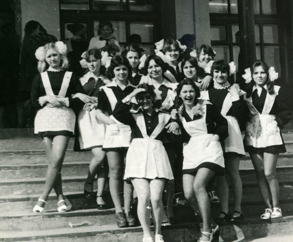 14 кадров, показывающих, как выглядели в 70-е годы выпускницы
