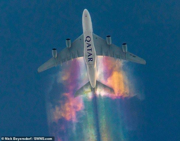 Фотограф запечатлел радужный след от самолета в небе над Германией
