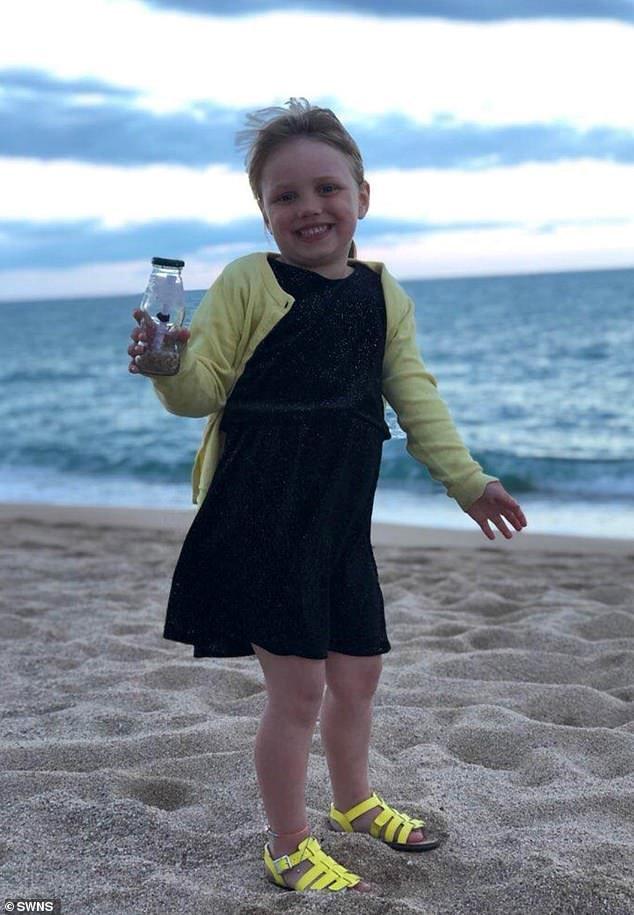 Девочка бросила бутылку с письмом в море в Испании и получила ответ из Москвы