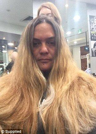 Женщине жутко испортили волосы в дорогом салоне, но ее спасла случайная парикмахер