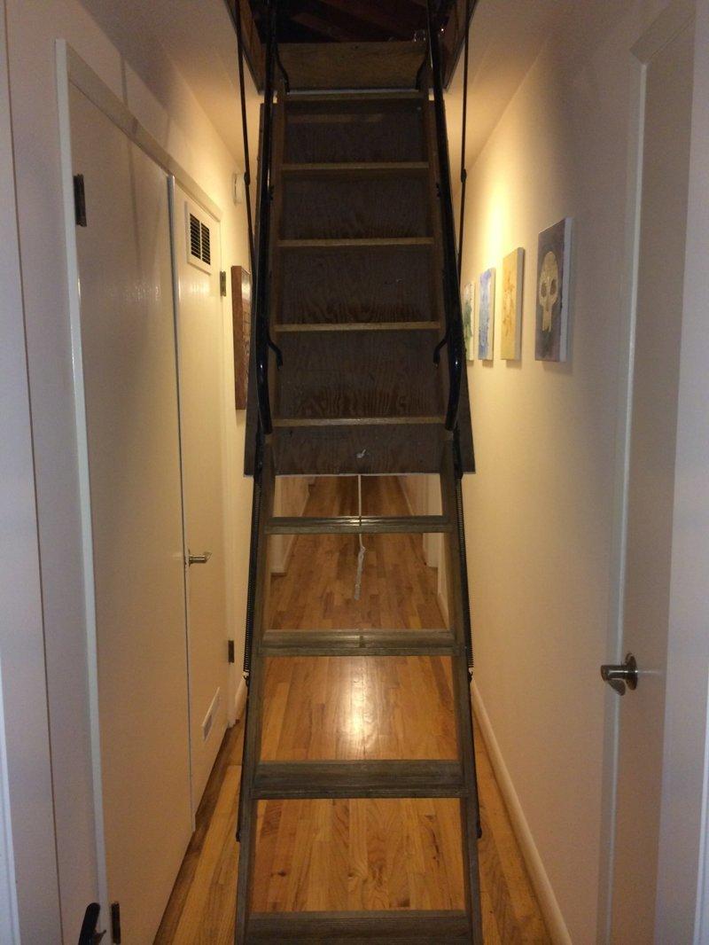 Новый хозяин дома обнаружил на чердаке пугающую комнату