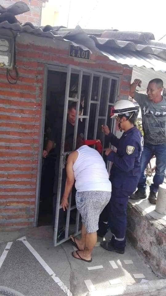 Женщина решила подслушать соседа, и застряла в двери на 5 часов