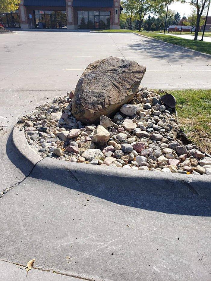 Огромный камень должен был заставить людей прекратить срезать дорогу и это сработало