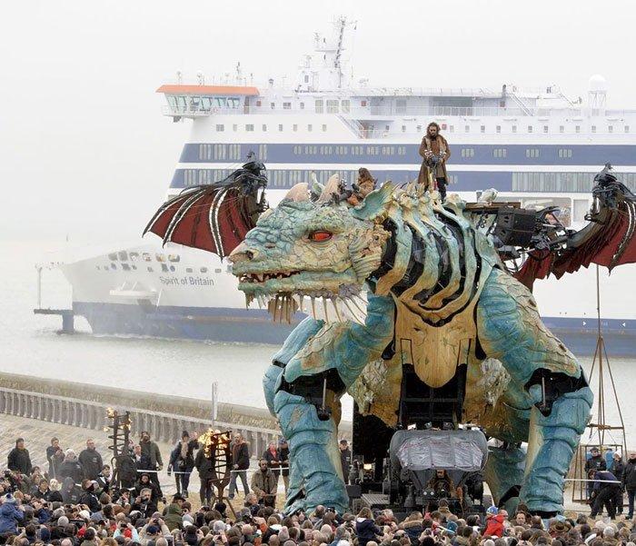 Во Франции появился 25-метровый огнедышащий механический дракон
