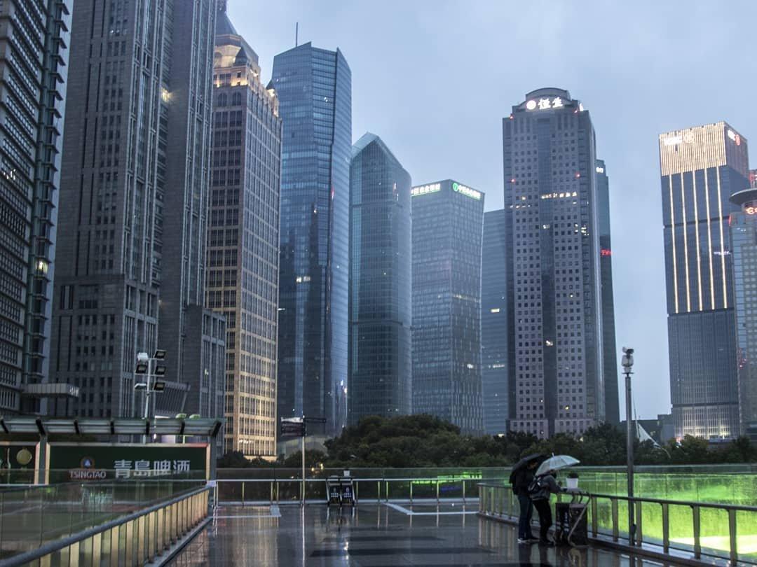 Фотограф делает кадры опустевшего Шанхая, в котором бушует коронавирус: 16 фото