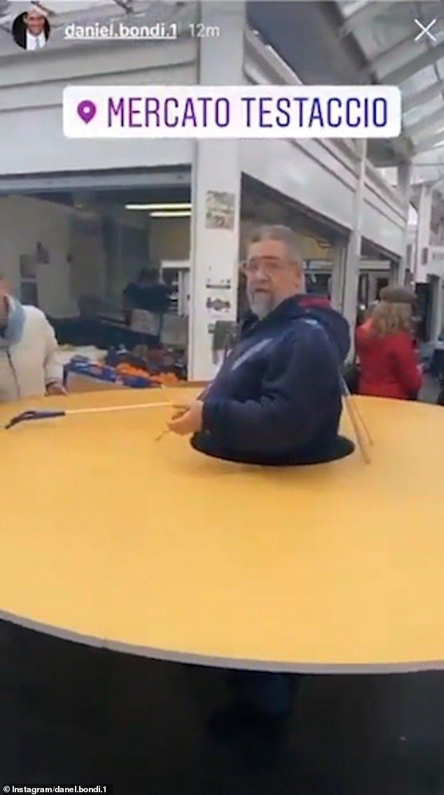 Итальянец надел огромное картонное кольцо для карантинной дистанции