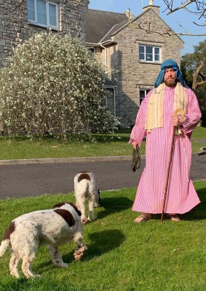 Выгуливая пса, он наряжается в костюмы, чем веселит не только соседей, но и людей в сети
