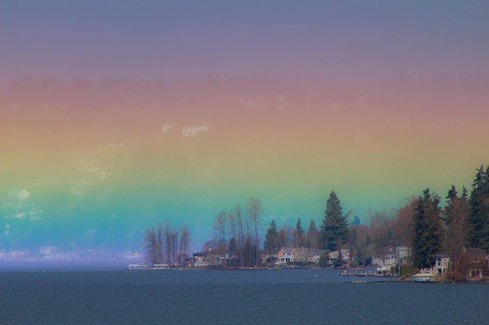 Фотограф сумел запечатлеть на камеру горизонтальную радугу, что заполнила собой все небо