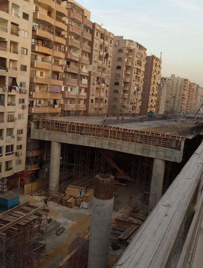 В Египте автотрассу начали строить прямо посреди жилмассива