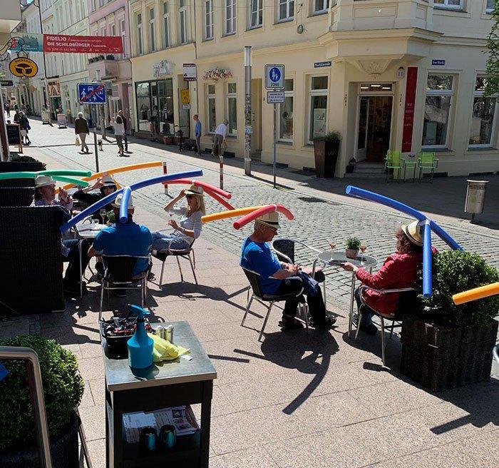 Посетителям кафе в Германии раздают аквапалки, чтобы сохранять дистанцию